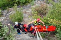 Spasioci Gorske službe spasavanja – izvlačenje povređenog iz kanjona